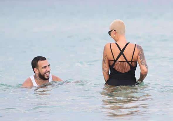 Beyaz atletle denize girdi