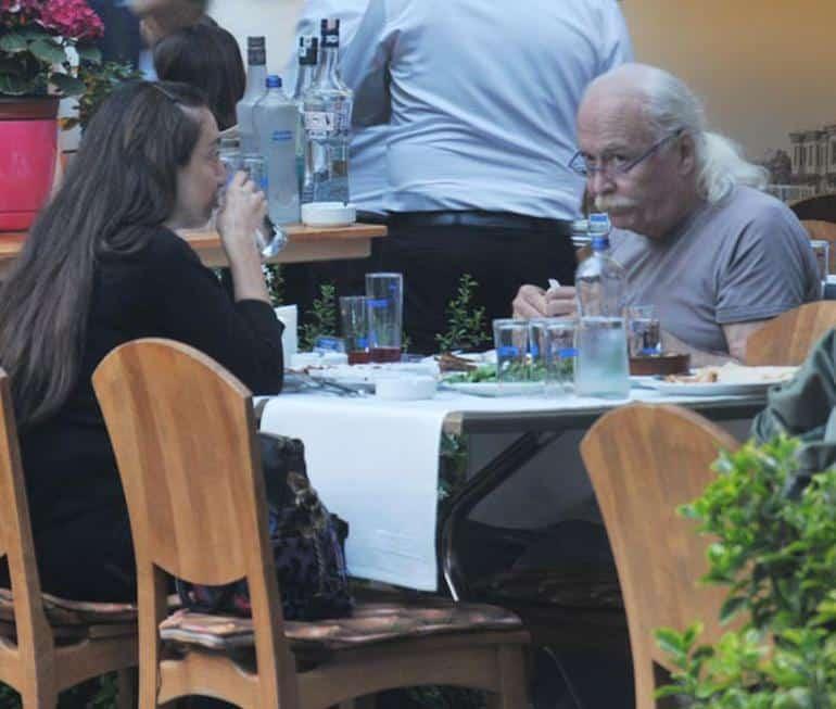 Cahit Berkay arkadaşıyla yemekte