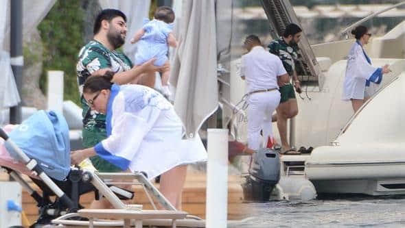 Ebru Yaşar ikizleriyle tatilde
