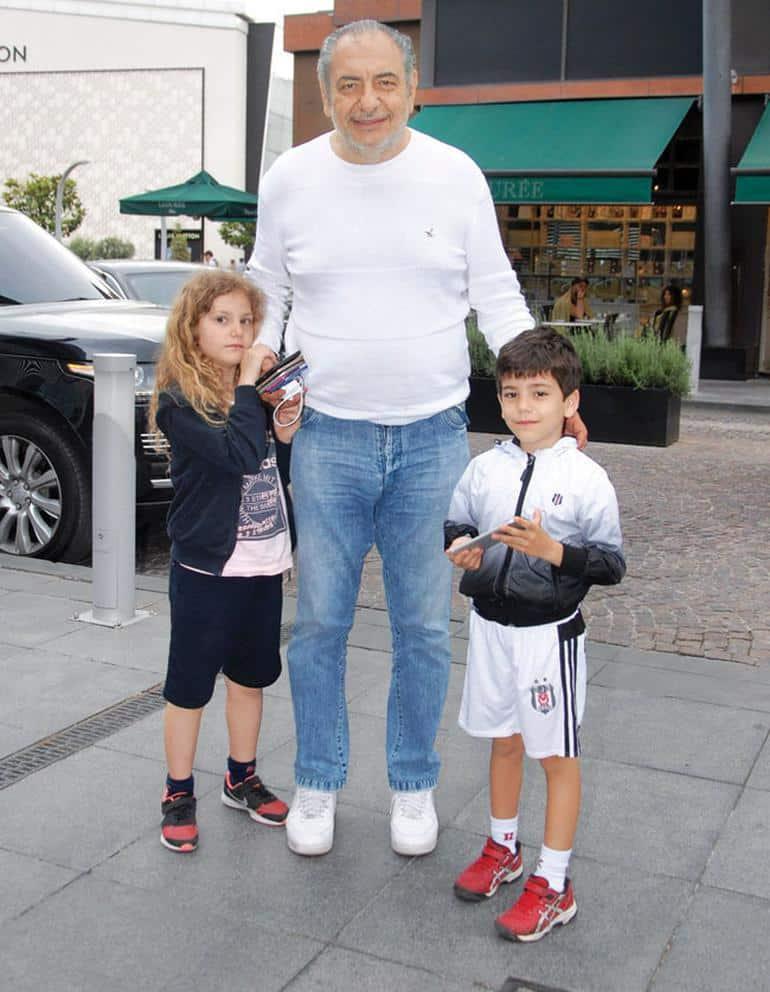 Reha Muhtar çocuklarıyla alışverişte